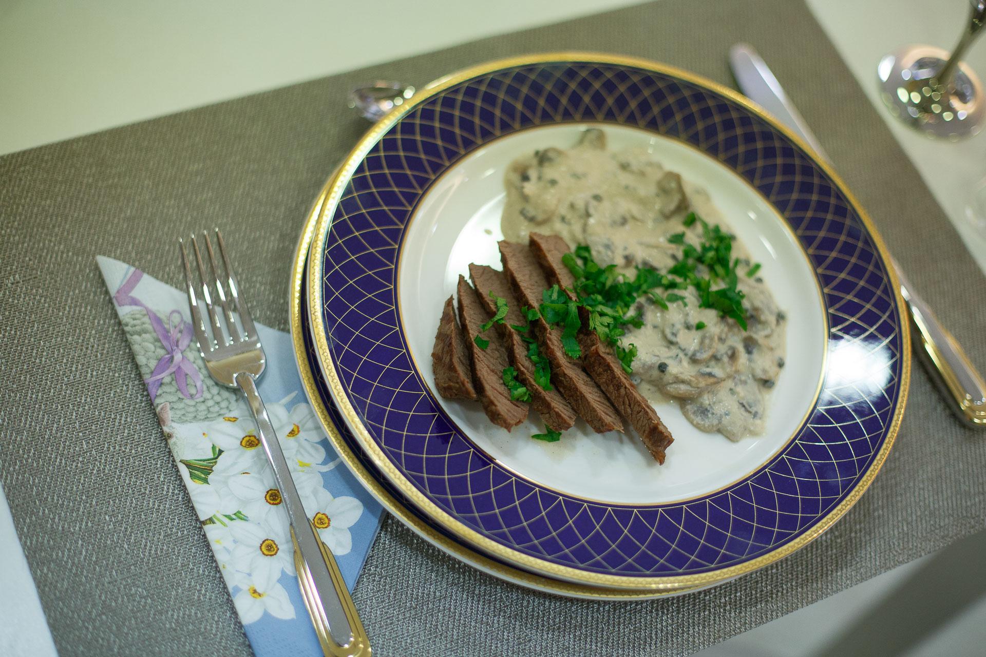 Friptură de vită cu sos de ciuperci, piper verde, mascarpone și ricotta